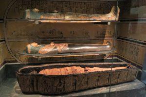De ontwikkeling van de mummiekisten en sarcofagen.